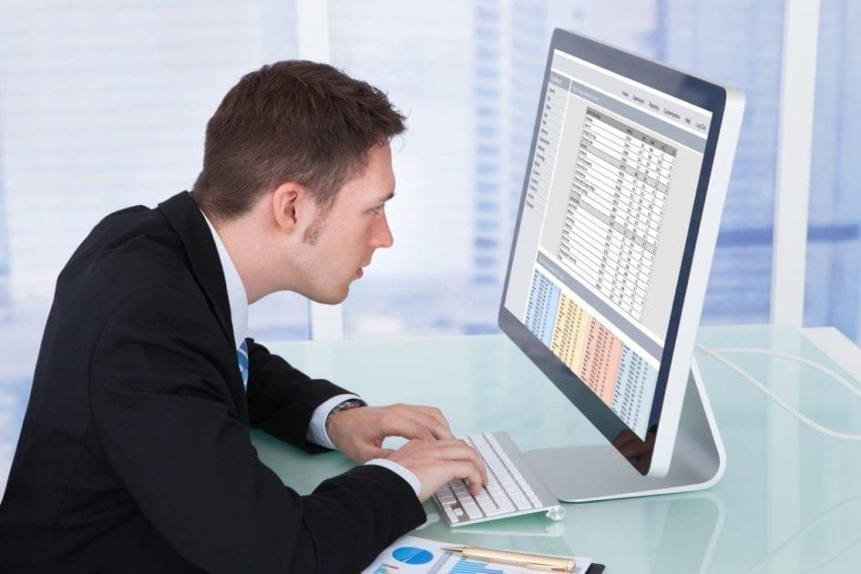 Mann ved tastatur
